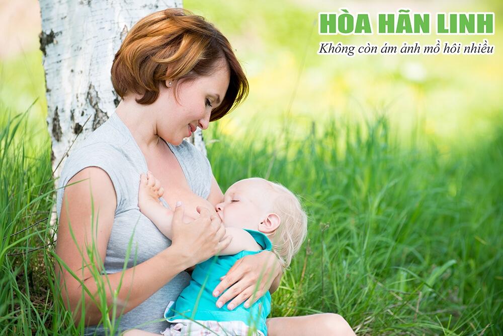 Trẻ ra nhiều mồ hôi khi bú có thể liên quan đến nhiều bệnh lý ảnh hưởng đến sức khỏe
